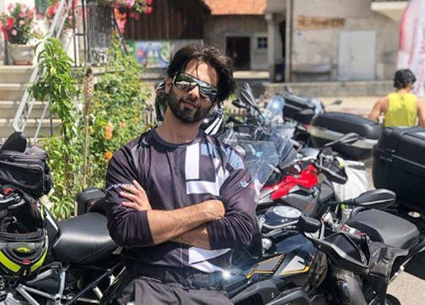 अपनी बाइक के साथ शाहिद