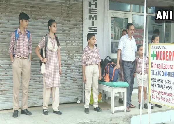 सांबा जिले में भी स्कूल जाते नजर आए बच्चे