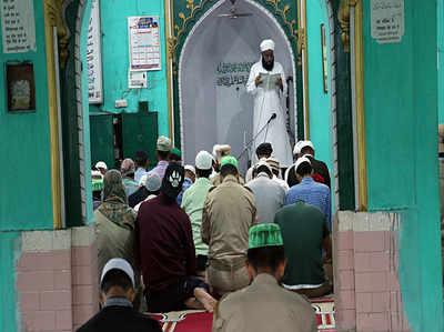 जम्मू  में धारा 144 हटाई गई, कश्मीर में लोगों ने शुक्रवार की नमाज अदा की