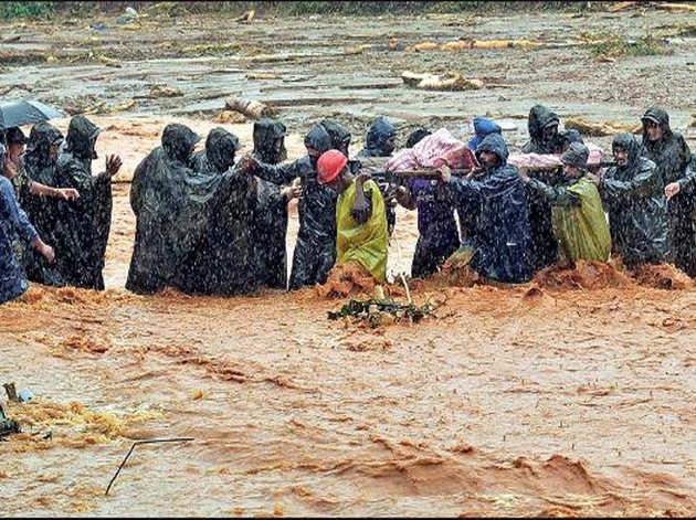 केरल में वायनाड में भू्स्खलन के मलबे में दबे शवों को निकालती रेस्क्यू टीमें