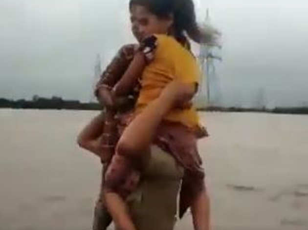 बच्चियों को कंधे पर बिठाकर ले जाते कॉन्स्टेबल पृथ्वीराज सिंह