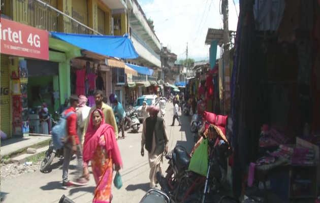 जम्मू कश्मीर: पुंछ में कर्फ्यू में ढील के दौरान लोगों ने ईद की खरीददारी की