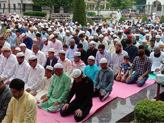 श्रीनगर की एक मस्जिद में बकरीद की नमाज अदा करते लोग