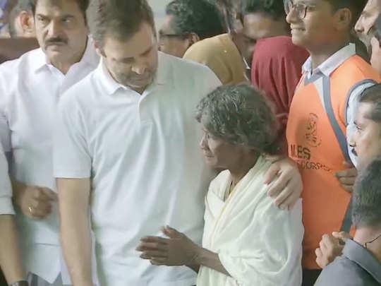 राहत शिविर में महिला का ढांढस बंधाते राहुल