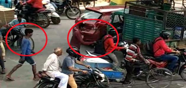 VIDEO: भीड़भाड़ वाली रोड पर कंधे पर टंगे बैग से यू हो रही है दिल्ली में चोरी