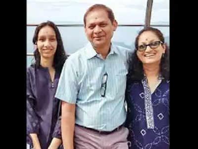 बेटी और पत्नी के साथ प्रफेसर