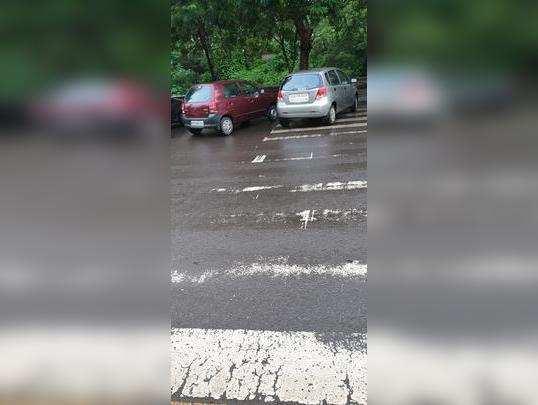 झेब्रा क्रॉसिंगवर पार्किंग