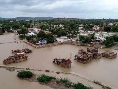 बाढ़ में डूबे केरल के गांव का नजारा