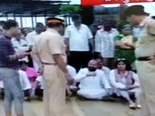 मुंबईत मेट्रोविरोधात शिवसेनेचं आंदोलन; आमदार बसले चिखलात