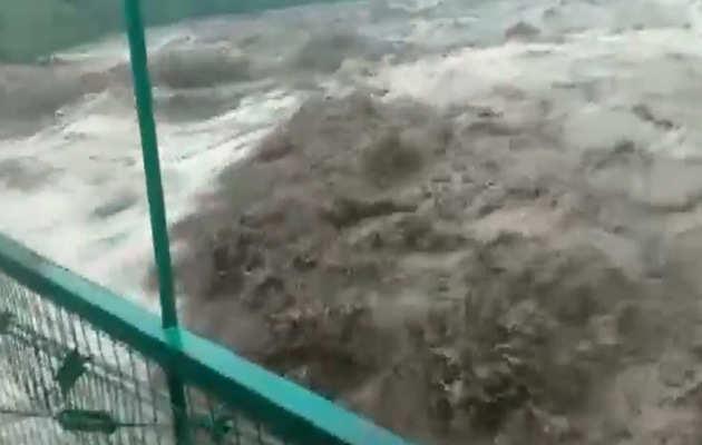 उत्तरकाशी में उफनती नदी का ये विडियो आपको केदारनाथ आपदा की याद दिला देगा