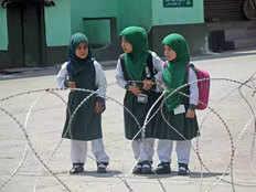 कड़ी सुरक्षा के बीच कश्मीर घाटी में फिर खोले गए 190 से ज्यादा प्राइमरी स्कूल