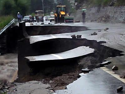 हिमाचल की 600 से अधिक सड़कों को नुकसान
