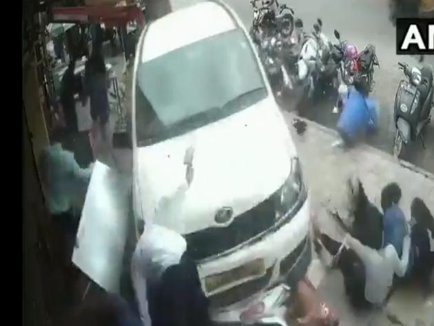 फुटपाथ पर दौड़ाई कार, कई घायल