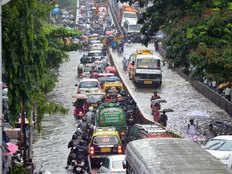 बाढ़ के प्रकोप के बीच मुंबई में आयोजित कजरी पर राजनीति