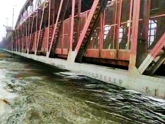 दिल्ली में आज यमुना का जलस्तर हो जाएगा 207 मीटर के पार, बंद हुआ लोहा पुल