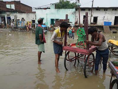 घाटों को पार करके शहर में घुस रहा है बाढ़ का पानी