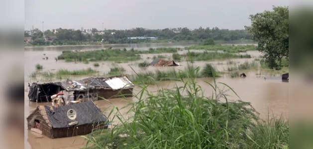 दिल्ली: खतरे के निशान से ऊपर यमुना, निचले इलाकों में भरा पानी