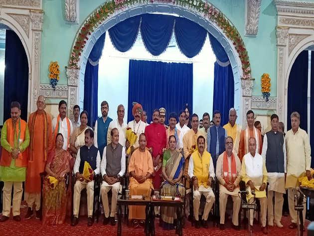 कुल 23 मंत्रियों ने ली शपथ