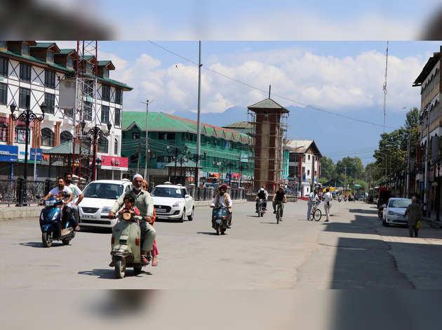 धारा 370: जम्मू कश्मीर में लगी बंदिशों में दी गई कुछ और ढील