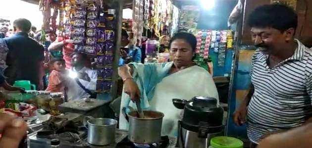 सड़क किनारे स्टॉल पर सीएम ममता बनर्जी ने बनाई चाय