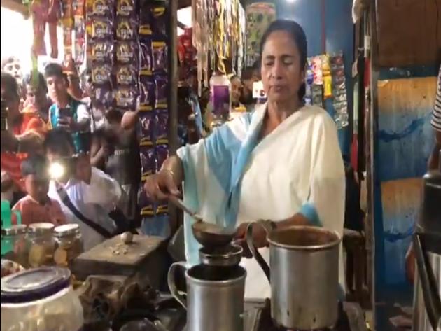सड़क किनारे ममता बनर्जी ने बनाई चाय