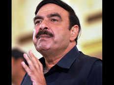 पाकिस्तान के रेल मंत्री शेख रशीद पर लंदन में चले अंडे और घूंसे