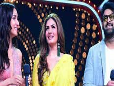 VIDEO: 'बाहुबली' Prabhas ने रवीना टंडन संग किया 'टिप टिप बरसा पानी' पर डांस