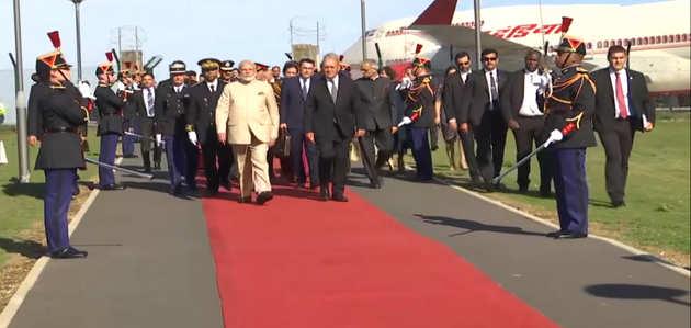 फ्रांस पहुंचे प्रधानमंत्री नरेंद्र मोदी, राष्ट्रपति मैक्रों से की मुलाकात