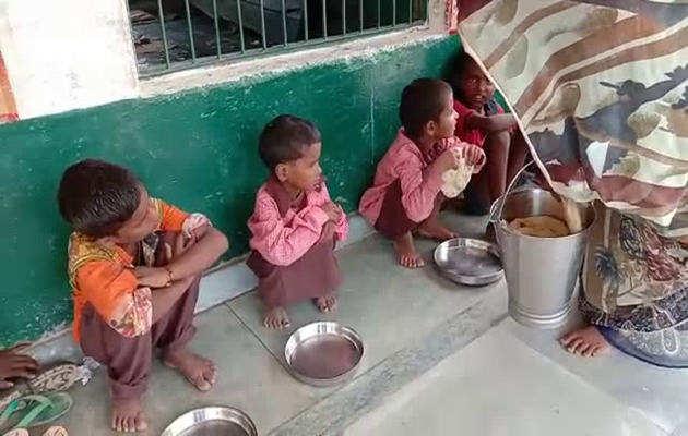 मिड-डे मील के नाम पर बच्चों को बांटा रोटी-नमक