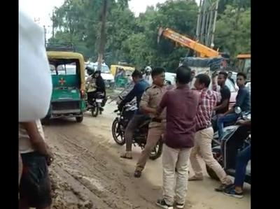 ट्रैफिक सिपाही को चप्पल से पीटता राहगीर