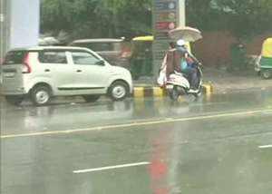 रिमझिम बारिश से भीगा दिल्ली-NCR, तापमान में कमी