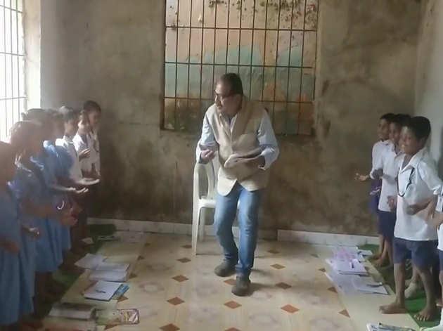 नाच-गाकर बच्चों को पढ़ाते हैं प्रफुल्ल
