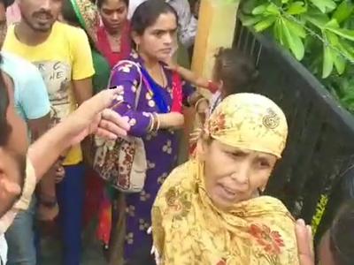 लोगों ने महिला को पकड़ पुलिस के हवाले किया
