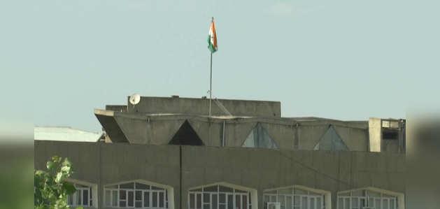 जम्मू-कश्मीर के सचिवालय से राज्य का झंडा उतारा गया, लहराया तिरंगा