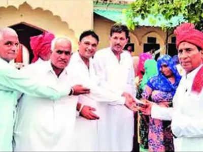 इस बार गांव की पंचायत ने 50 साल की पुष्पा सैनी को सम्मानित किया