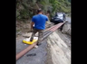 विडियो: टूटी सड़क...लोहे के खंभों पर बढ़ती कार, एक पल के लिए थम गईं सबकी सांसें