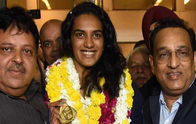 स्वदेश लौटीं सिंधु, दिल्ली एयरपोर्ट पर हुआ जोरदार स्वागत