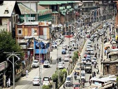 सोमवार को प्रतिबंधों में ढील के बाद सड़कों पर दिखी भीड़