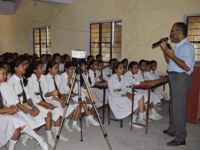 बच्चों को जागरूक करते एम्स के डॉक्टर सुनील कुमार