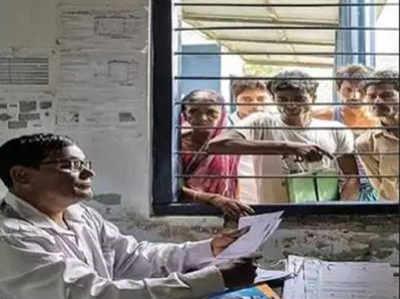 असम में एक सरकारी अधिकारी एनआरसी कागजात इकट्ठा करता हुआ