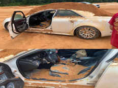florida man arrested for dumped dirt on a car while his girlfriend sitting inside