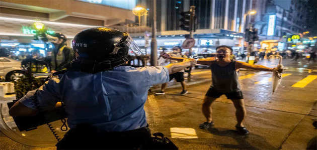 हॉन्ग कॉन्ग प्रदर्शन में शख्स ने बंदूक ताने सुरक्षाकर्मी को दी चुनौती