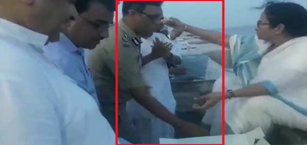 VIDEO: जब वर्दी पहने IPS ने छूए ममता बनर्जी के पैर
