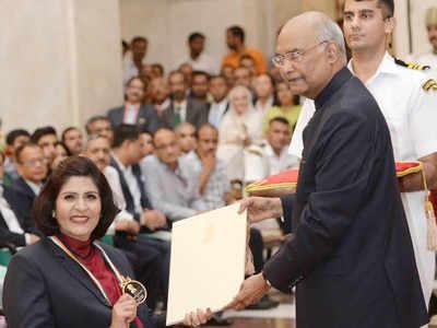 राष्ट्रपति कोविंद पैराऐथलीट दीपा को सम्मानित करते हुए (तस्वीर- ट्विटर से)