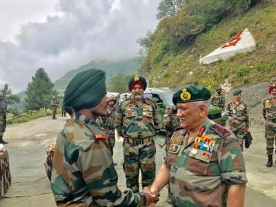 कश्मीर के दौरे पर पहुंचे सेना प्रमुख (फोटो- सोशल मीडिया)