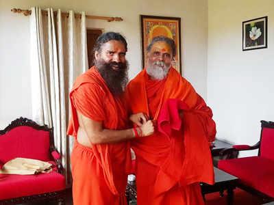 बाबा रामदेव से नरेंद्र गिरि ने की मुलाकात