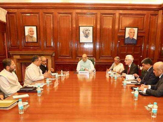 गृह मंत्री शाह के साथ बैठक में इंटरपोल महासचिव (लाल टाइ में)