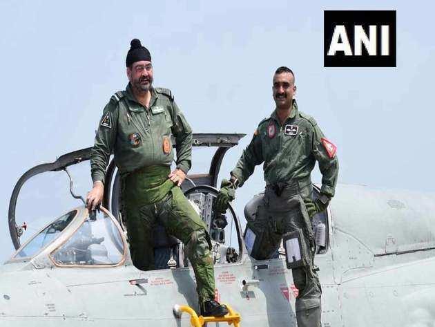 मिग 21 में वायु सेना प्रमुख बीएस धनोआ और विंग कमांडर अभिनंदन वर्तमान।