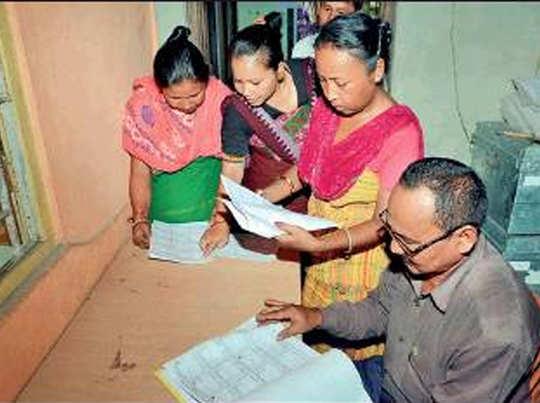 असम के बगान पारा में एनआरसी में अपना नाम चेक करतीं बोडो महिलाएं