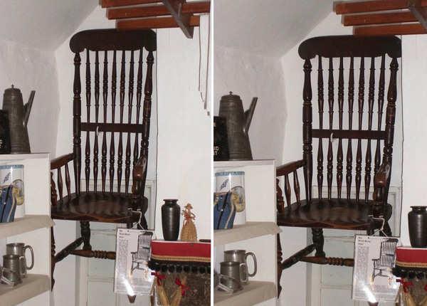 जमीन से कई फीट ऊंचाई पर रखी कुर्सी